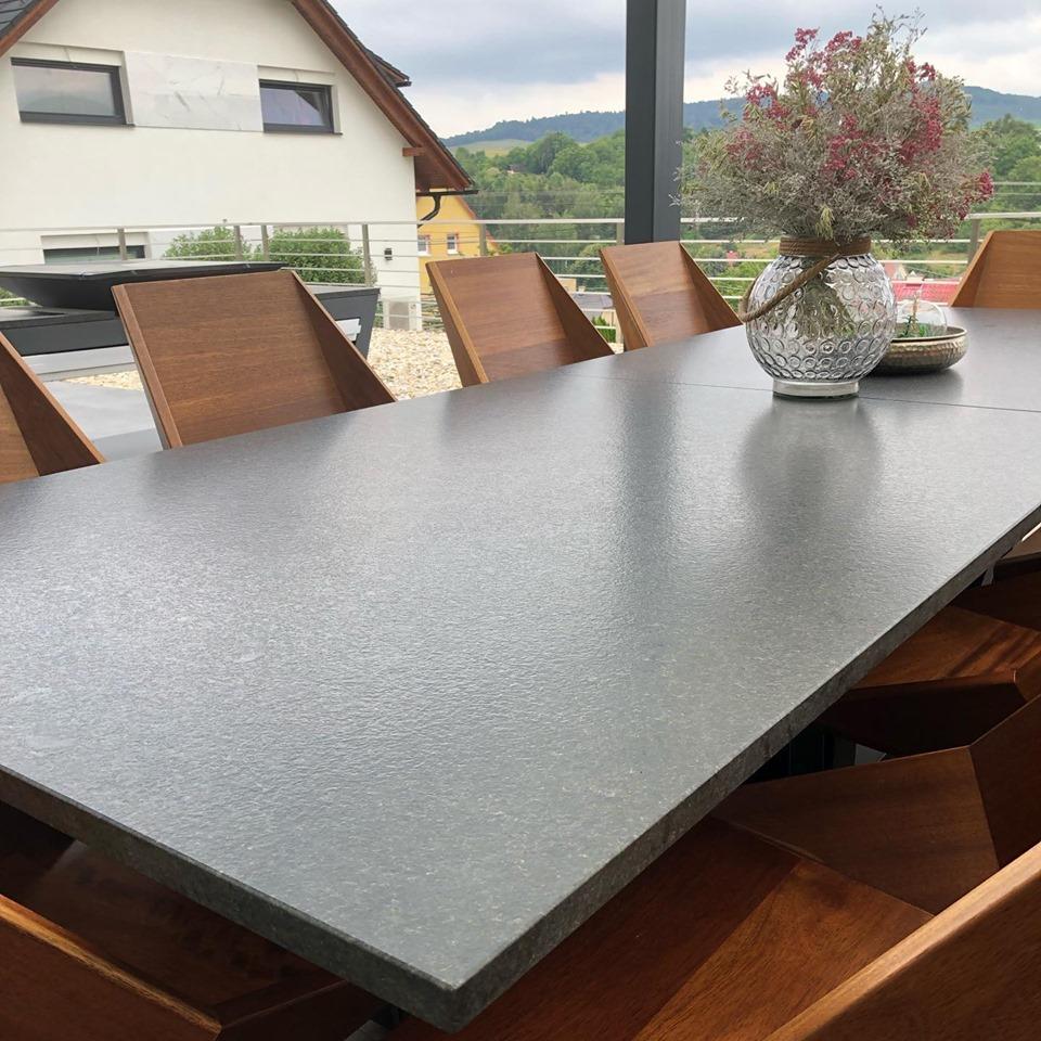 Quan Stôl pre 10 hostí